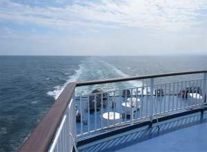 船尾側から海をみる